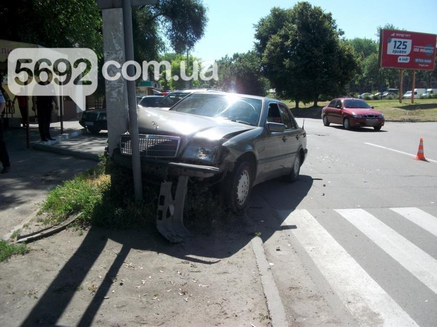 В Каменском на проспекте Аношкина произошло ДТП, пострадал водитель, фото-2