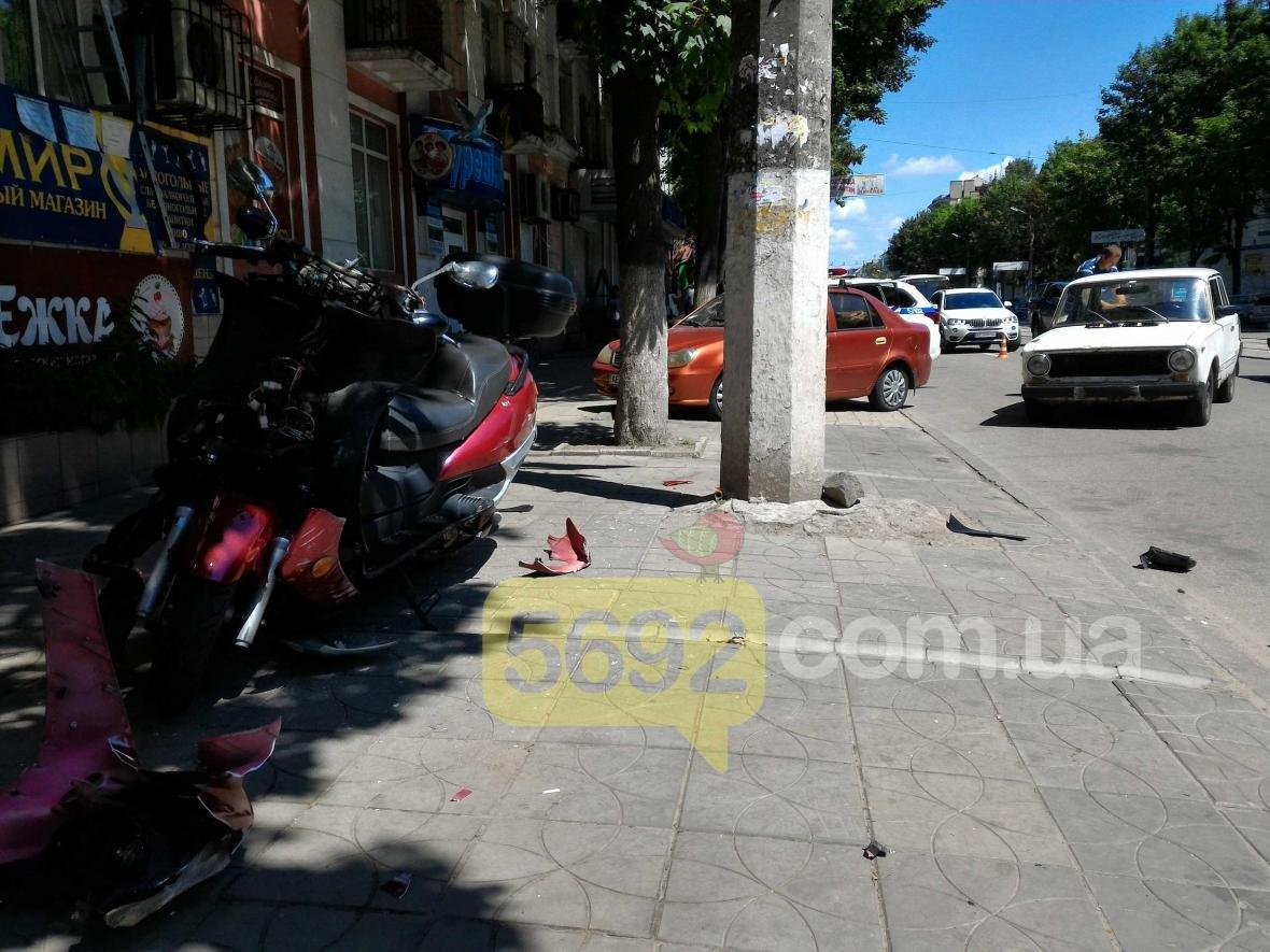 В центре Каменского из-за ДТП пострадал водитель скутера, фото-1