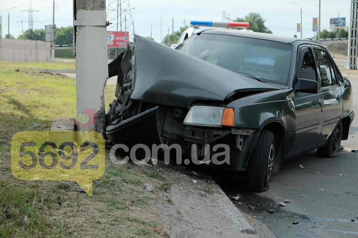 В Каменском пьяный водитель врезался в столб, фото-1