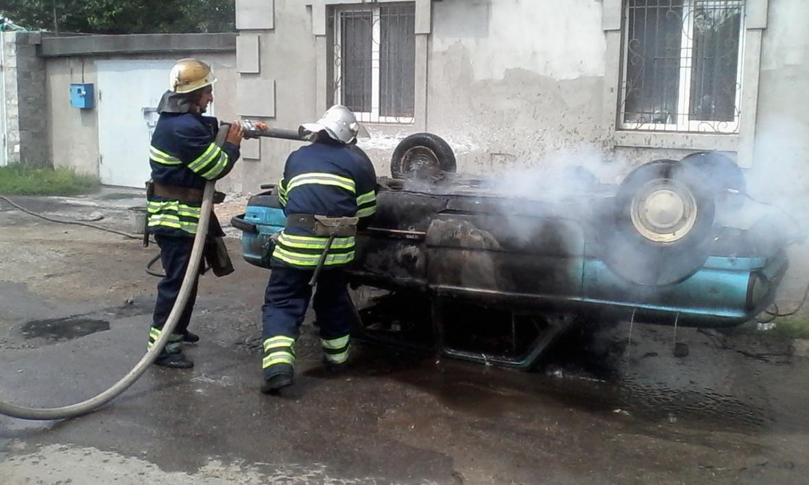 """В Каменском горел """"Запорожец"""", фото-3"""