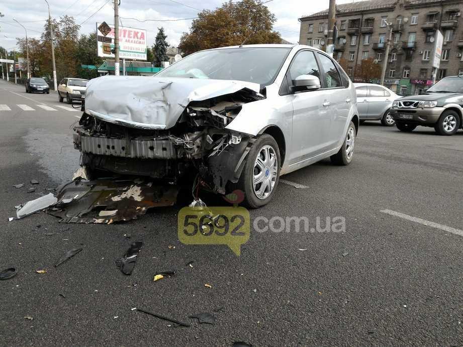 В центре Каменского столкнулись Ford и ВАЗ, фото-1