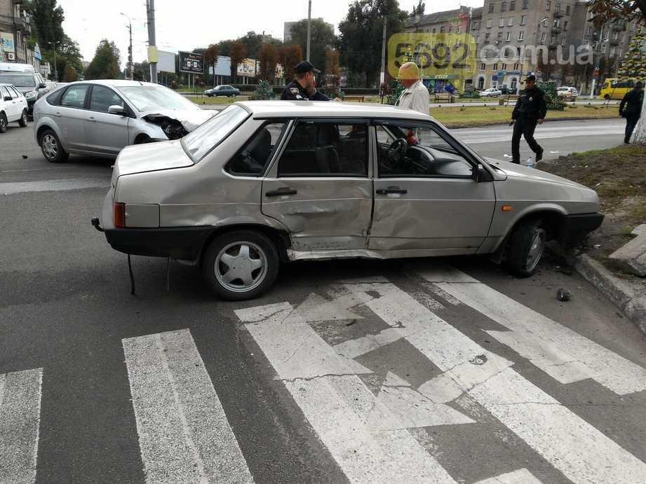 В центре Каменского столкнулись Ford и ВАЗ, фото-2