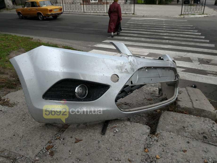 В центре Каменского столкнулись Ford и ВАЗ, фото-3