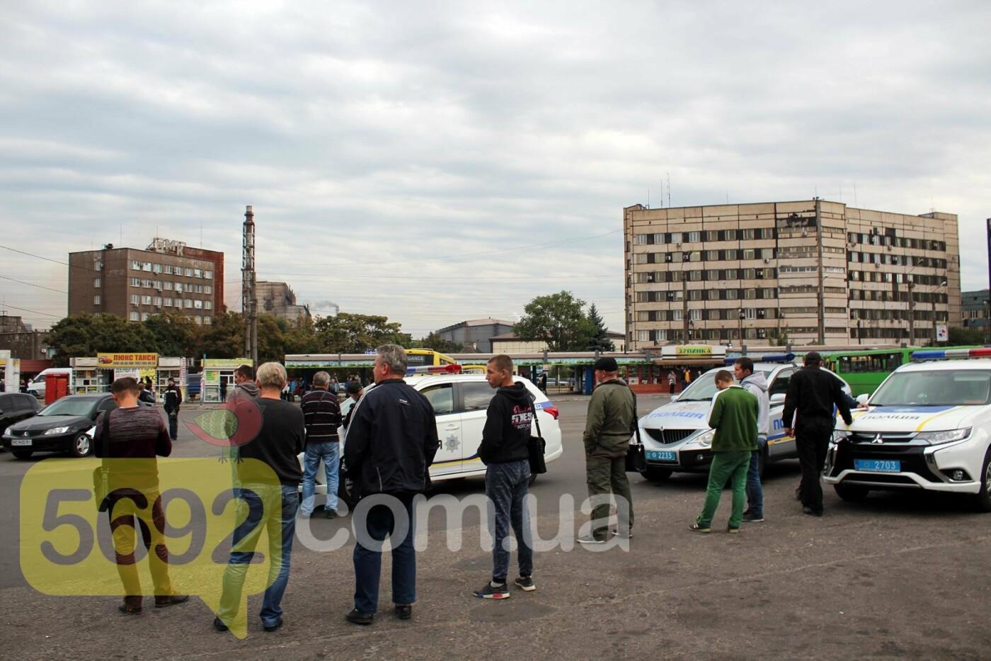 На площади ДМК мотоциклисты напали на водителей автобусов, фото-7