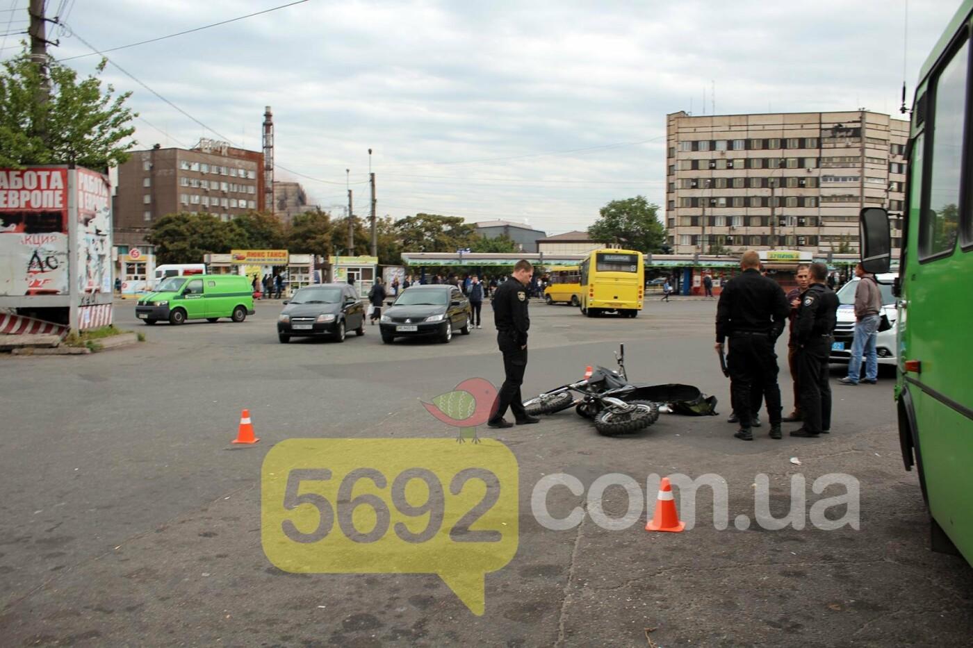 На площади ДМК мотоциклисты напали на водителей автобусов, фото-12