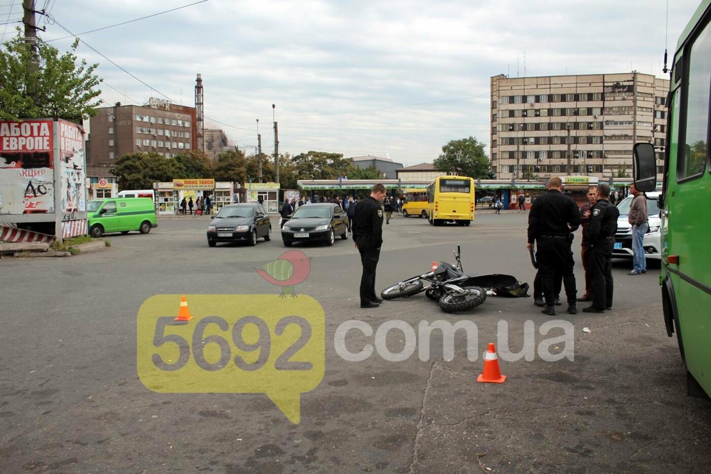 На площади ДМК мотоциклисты напали на водителей автобусов, фото-15