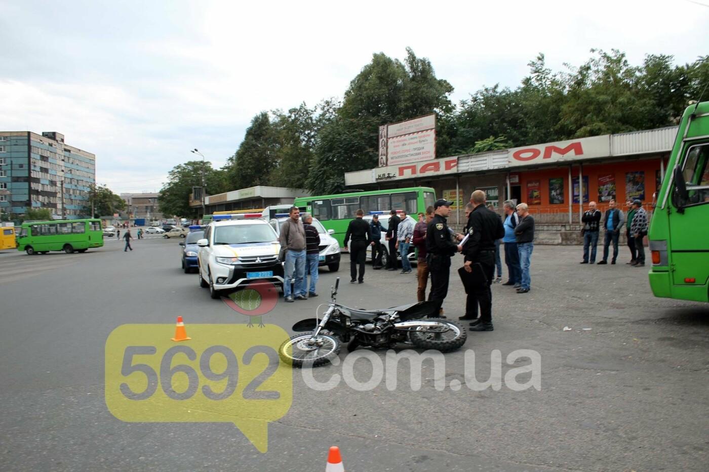 На площади ДМК мотоциклисты напали на водителей автобусов, фото-10