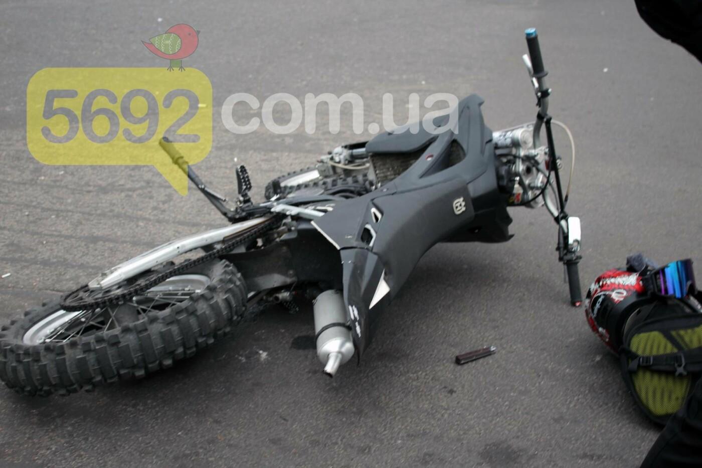 На площади ДМК мотоциклисты напали на водителей автобусов, фото-2