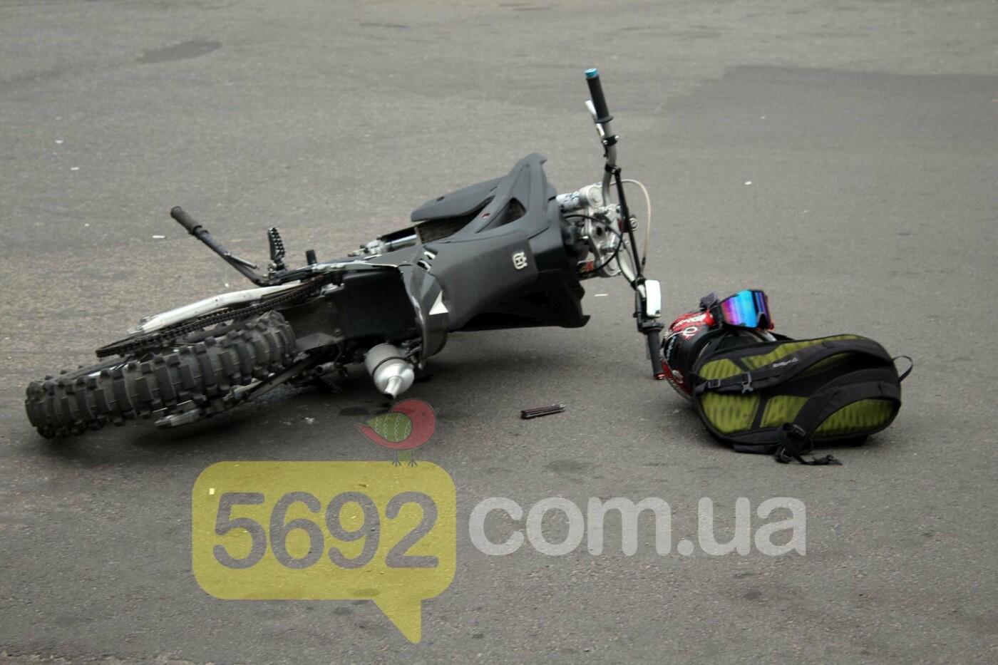 На площади ДМК мотоциклисты напали на водителей автобусов, фото-3