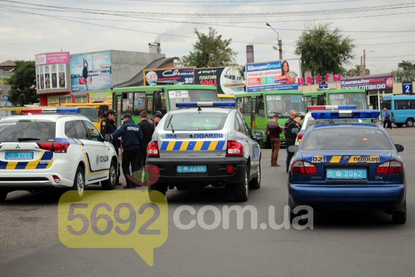 На площади ДМК мотоциклисты напали на водителей автобусов, фото-4