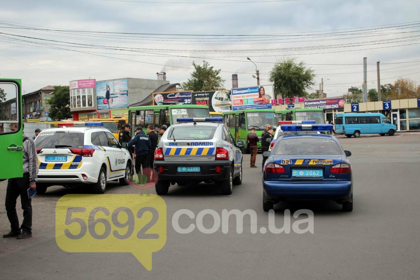 На площади ДМК мотоциклисты напали на водителей автобусов, фото-5