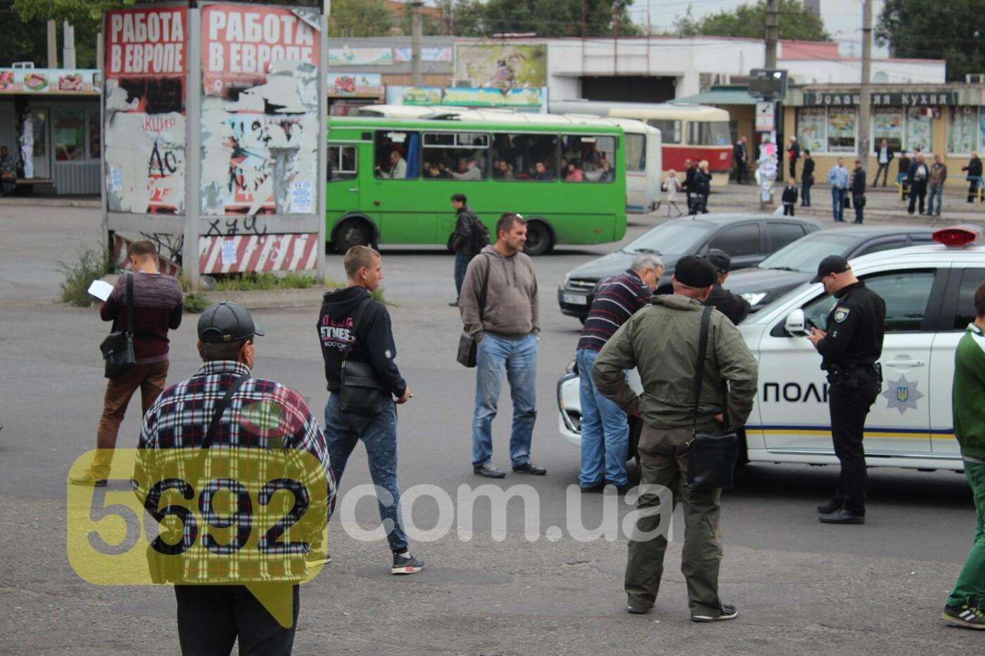 На площади ДМК мотоциклисты напали на водителей автобусов, фото-8