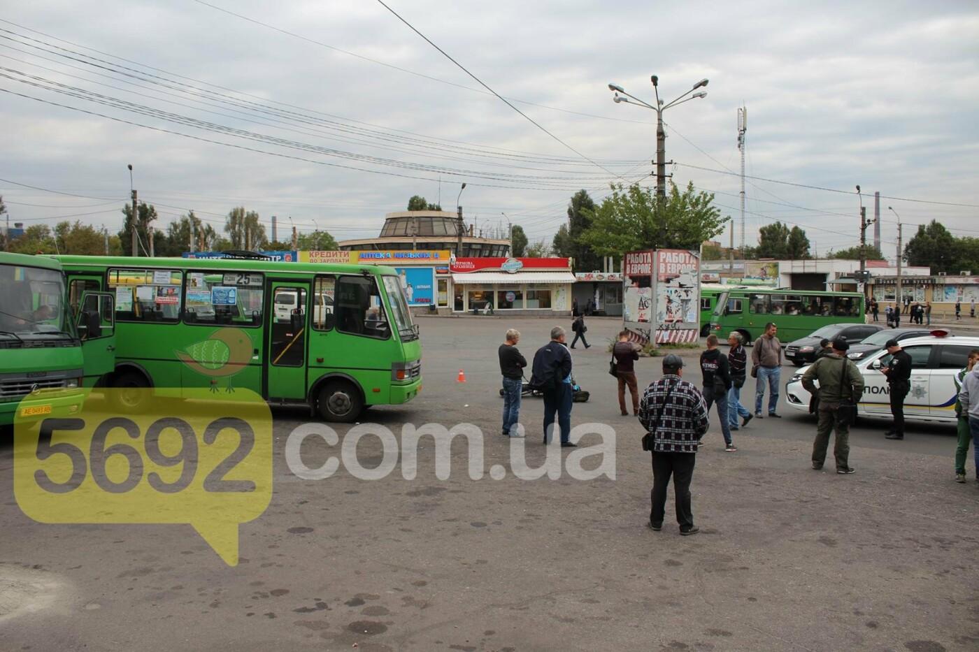 На площади ДМК мотоциклисты напали на водителей автобусов, фото-1