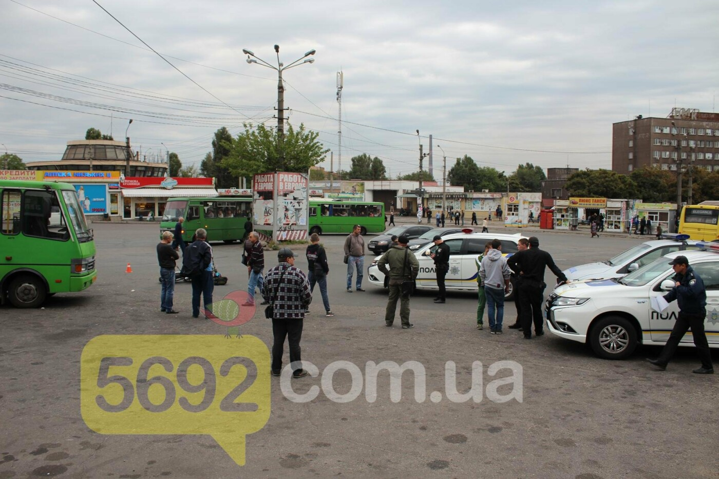 На площади ДМК мотоциклисты напали на водителей автобусов, фото-14