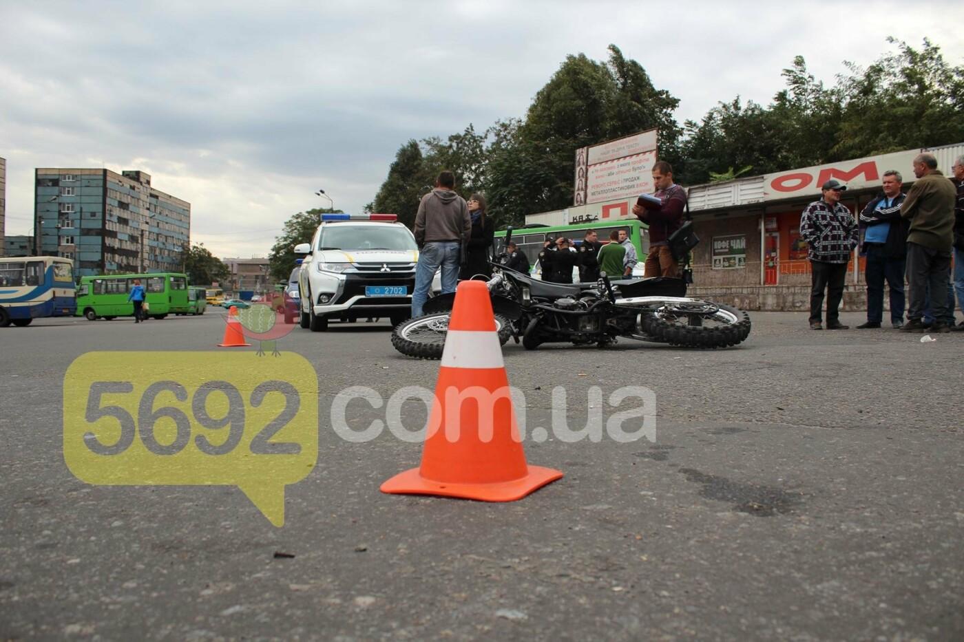 На площади ДМК мотоциклисты напали на водителей автобусов, фото-11