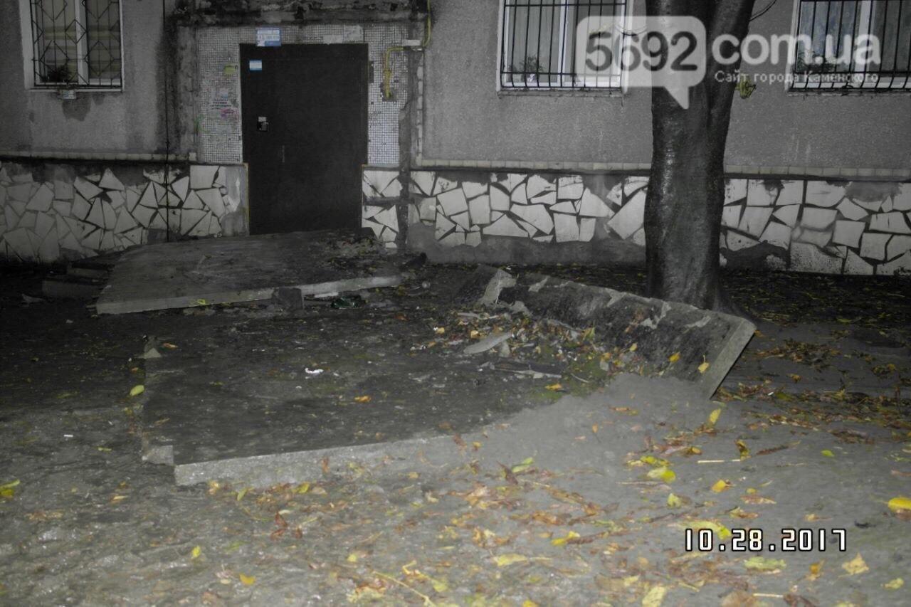 В Каменском упавший козырек подъезда убил подростка, фото-4