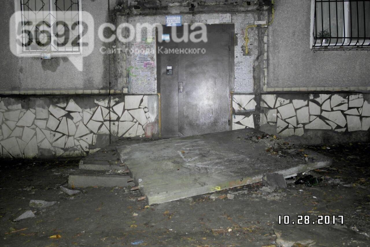 В Каменском упавший козырек подъезда убил подростка, фото-1