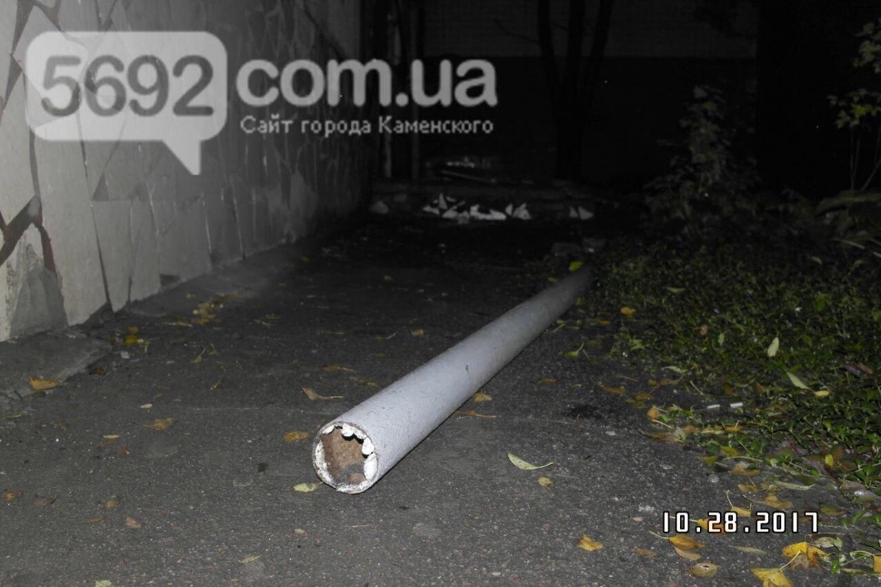 В Каменском упавший козырек подъезда убил подростка, фото-3