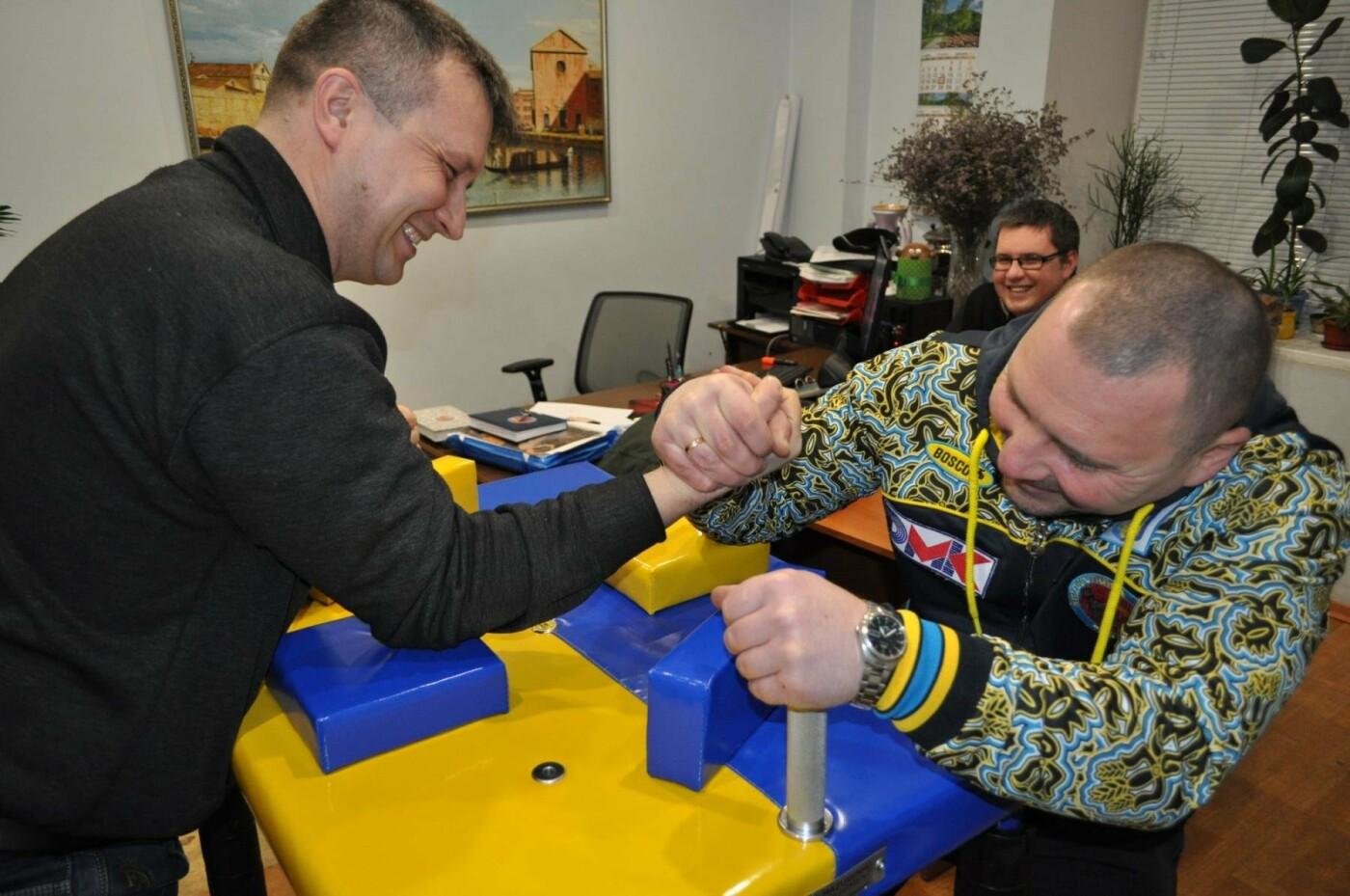 Армрестлеры ДМК скоро посоревнуются за новым столом, фото-2