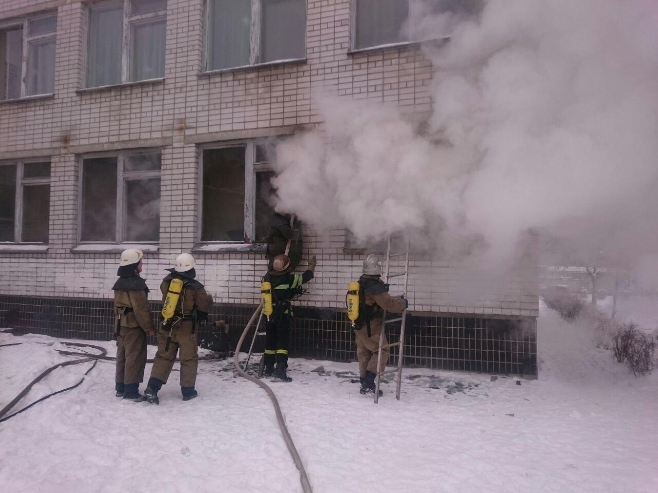Пожар в библиотеке: из каменского лицея эвакуировали 500 школьников, фото-1