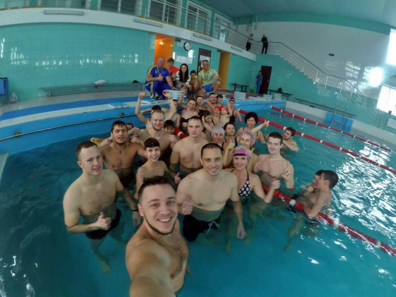 Воскресный workout: мэр Каменского тренировался в школьном бассейне, фото-1