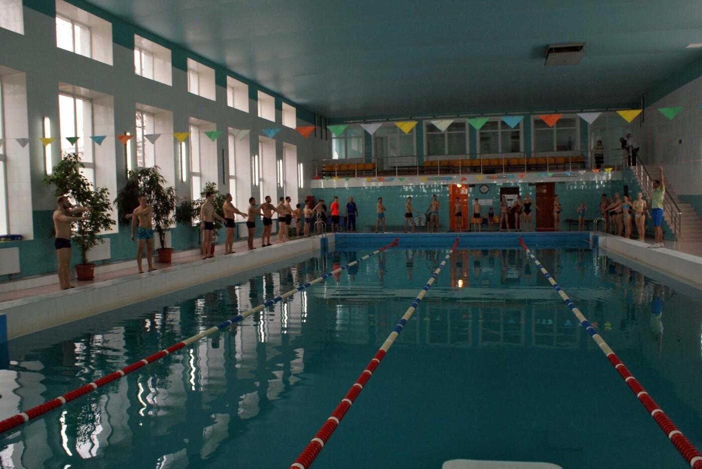 Воскресный workout: мэр Каменского тренировался в школьном бассейне, фото-2