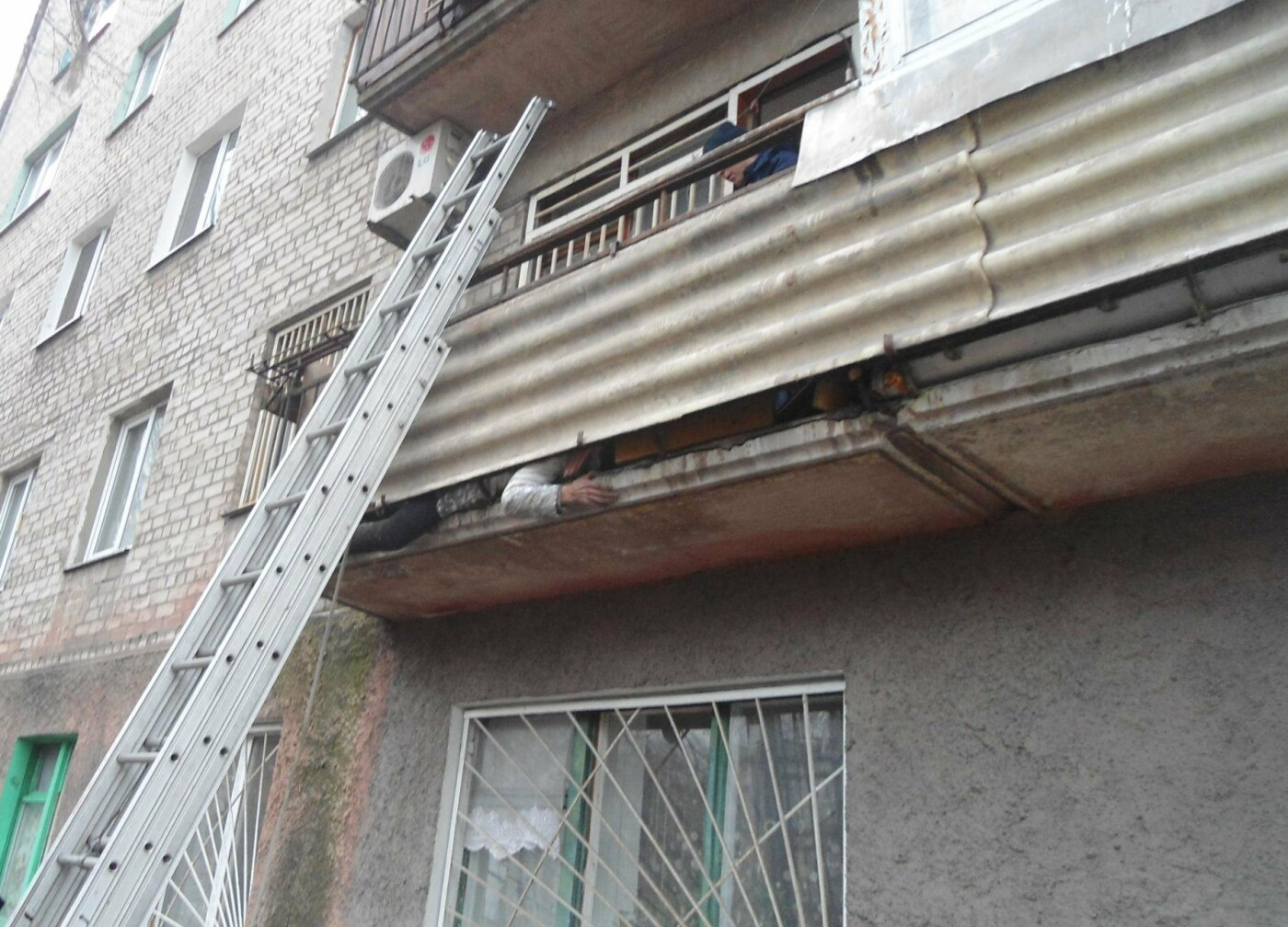 Застряла на балконе: как каменские спасатели помогали женщине, фото-1