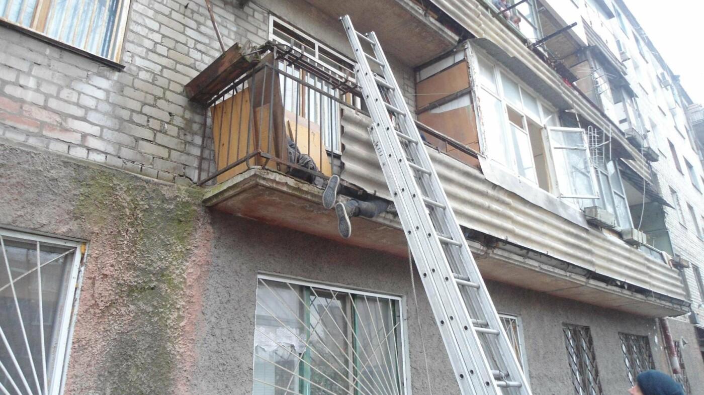 Застряла на балконе: как каменские спасатели помогали женщине, фото-2