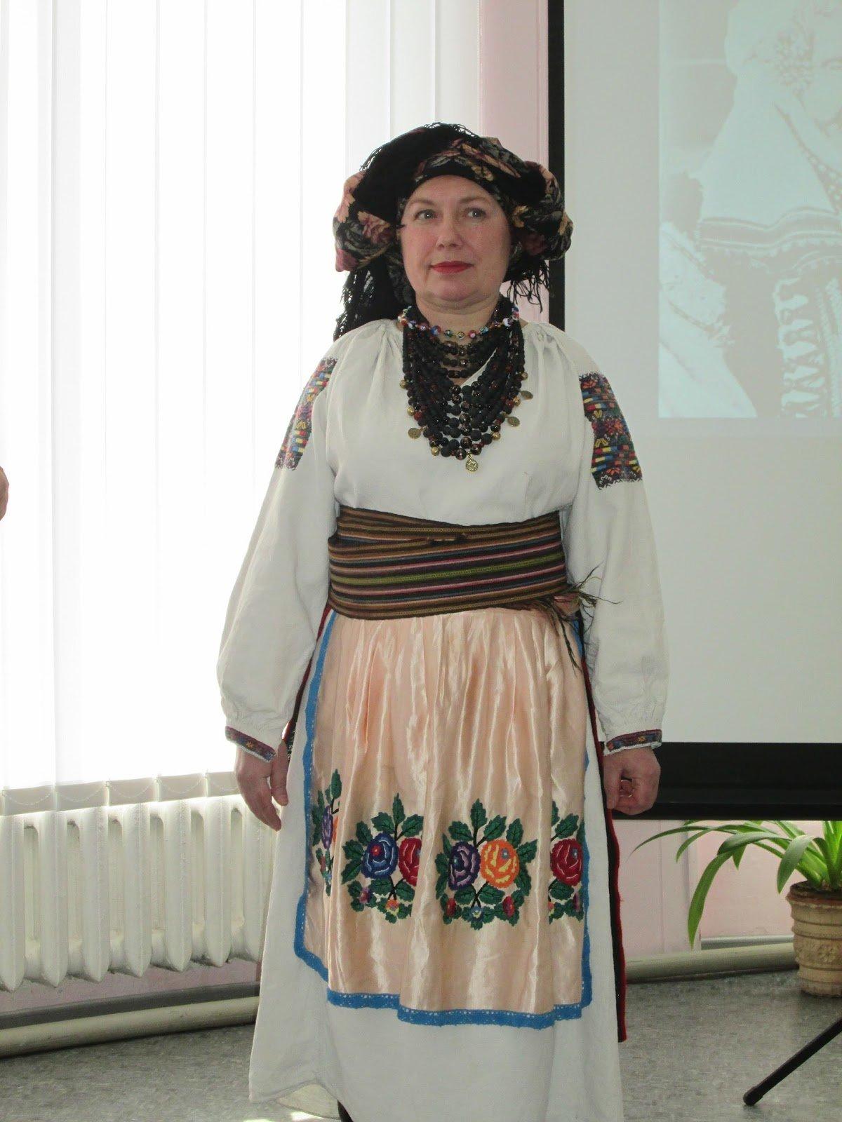 В библиотеке Каменского показали коллекцию украинских костюмов, фото-1