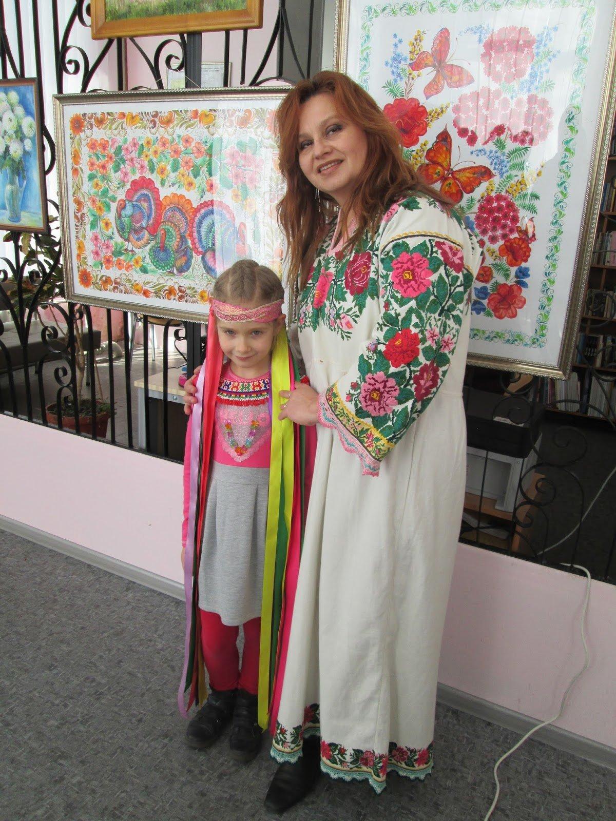 В библиотеке Каменского показали коллекцию украинских костюмов, фото-4