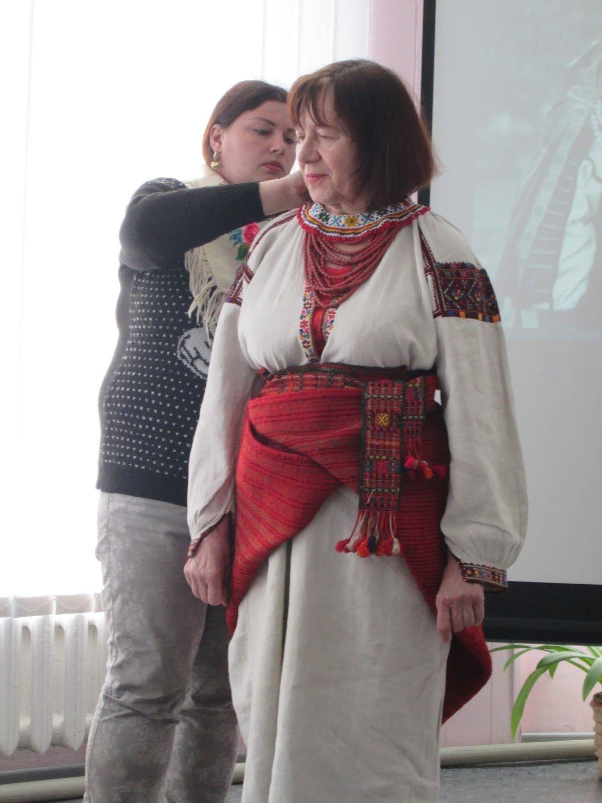 В библиотеке Каменского показали коллекцию украинских костюмов, фото-5