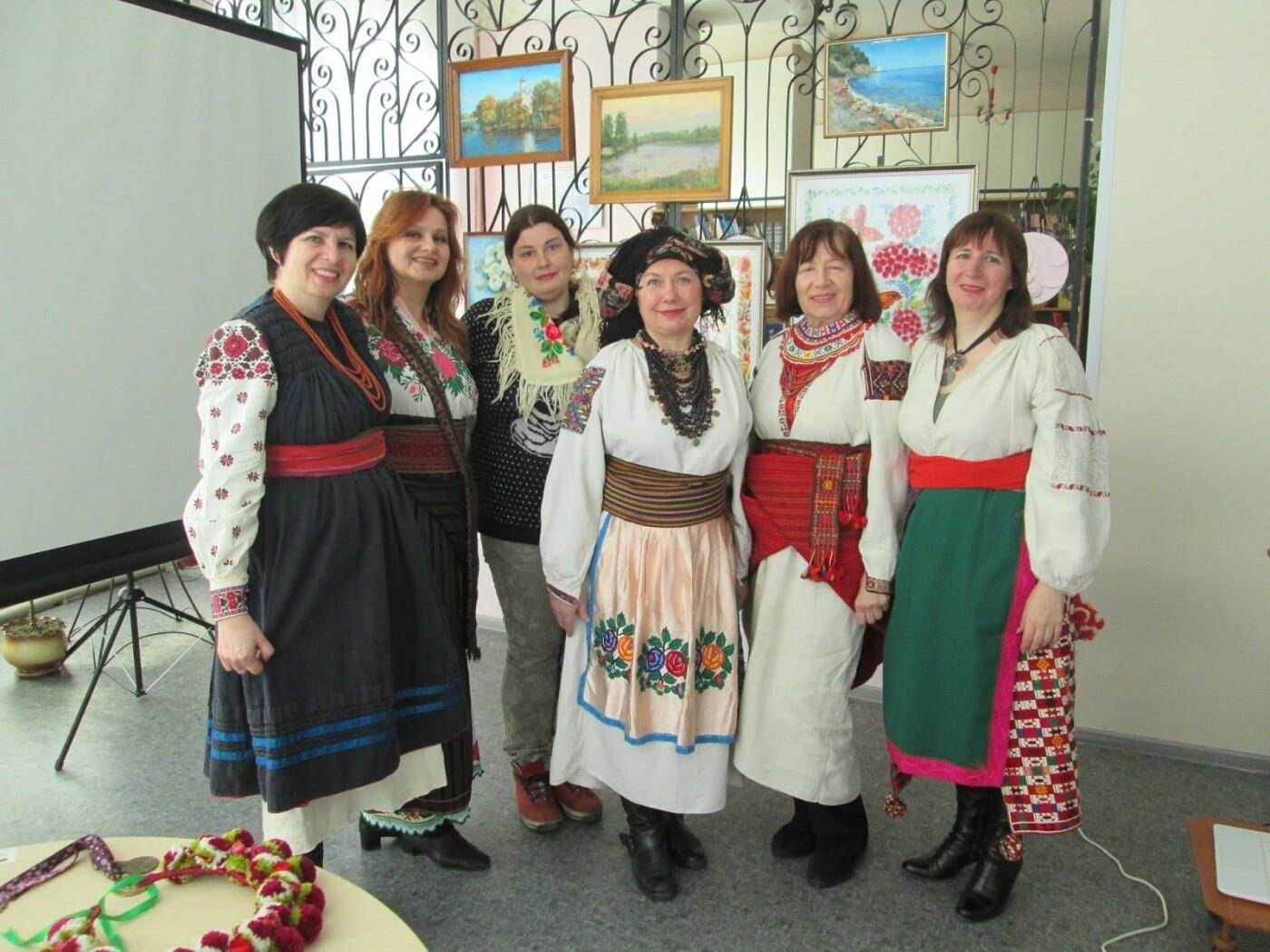 В библиотеке Каменского показали коллекцию украинских костюмов, фото-2