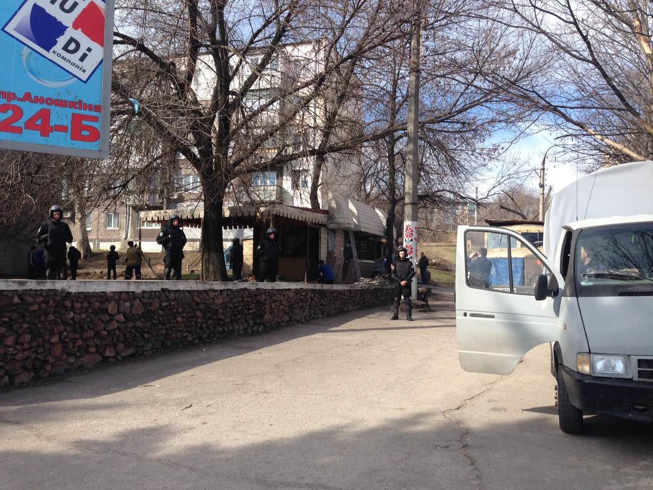 В Каменском на проспекте Аношкина демонтировали МАФ, фото-1