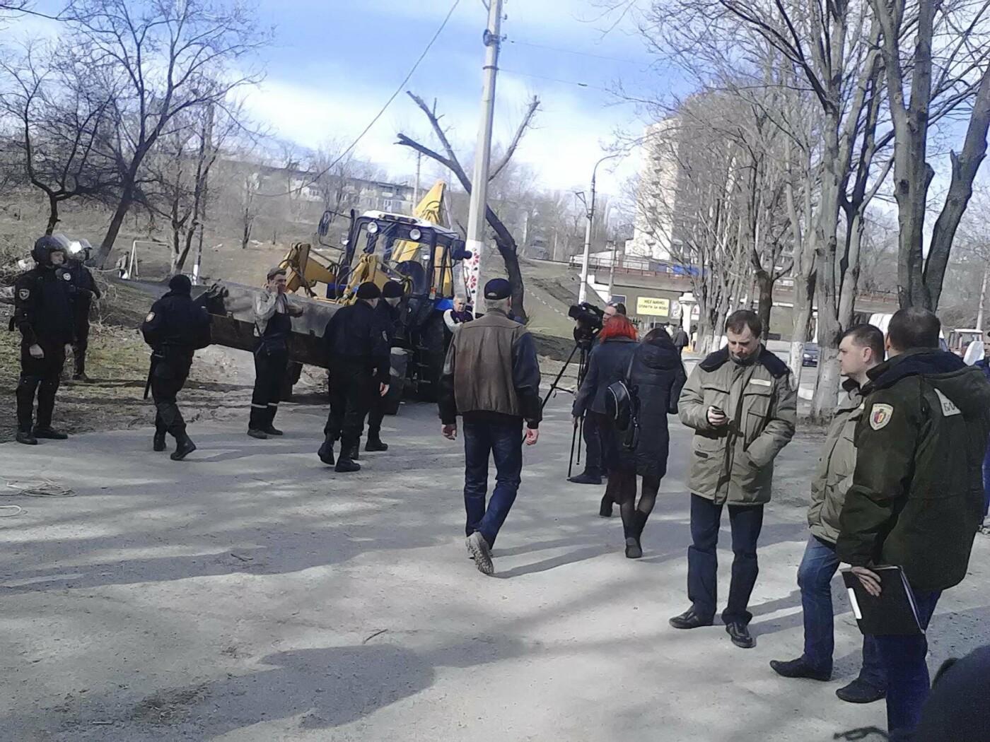 В Каменском на проспекте Аношкина демонтировали МАФ, фото-12