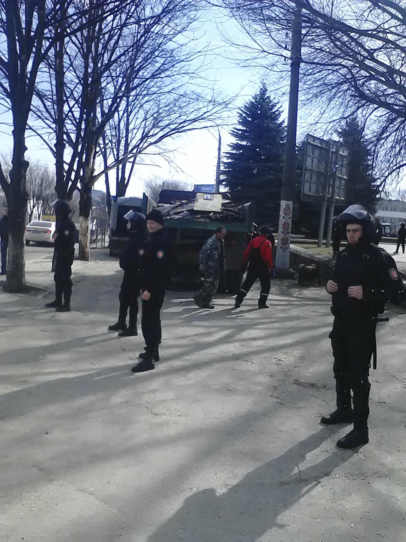 В Каменском на проспекте Аношкина демонтировали МАФ, фото-11