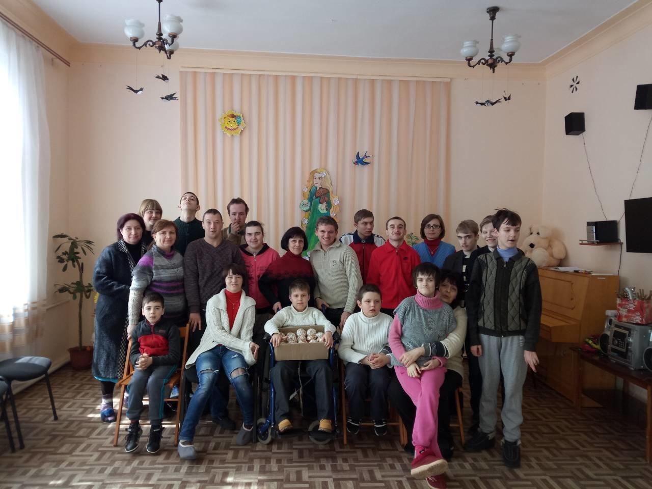Праздник приближается: пенсионеры и особенные дети получили куличи от депутатов и чиновников Южного района в Каменском, фото-1