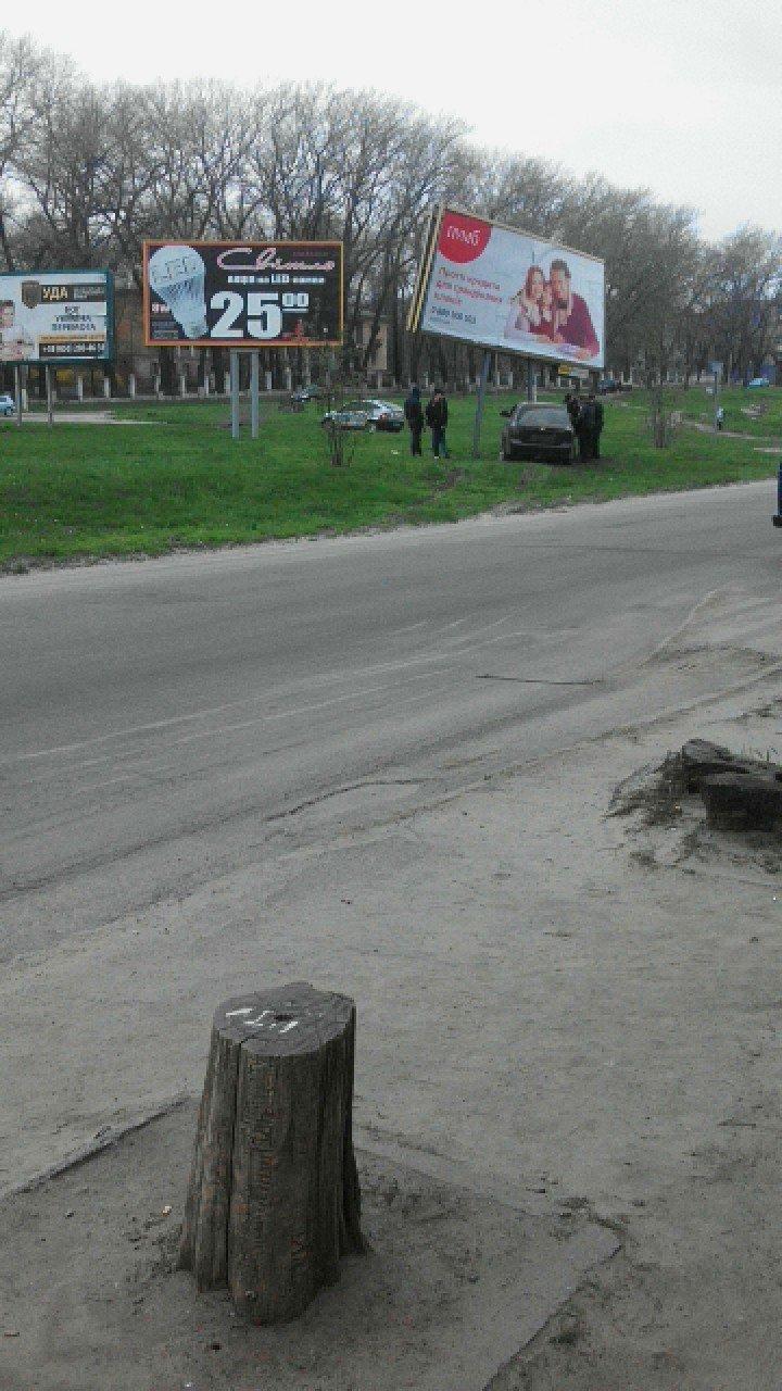 В Каменском на проспекте Аношкина Chevrolet сбил рекламный щит, фото-1