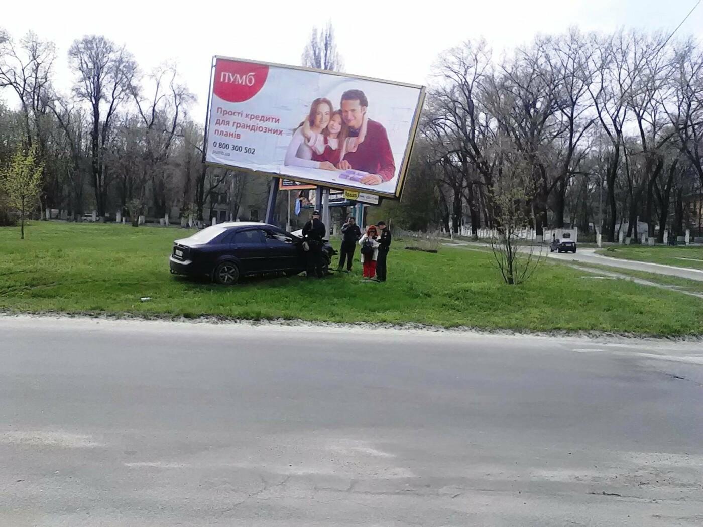 В Каменском на проспекте Аношкина Chevrolet сбил рекламный щит, фото-3