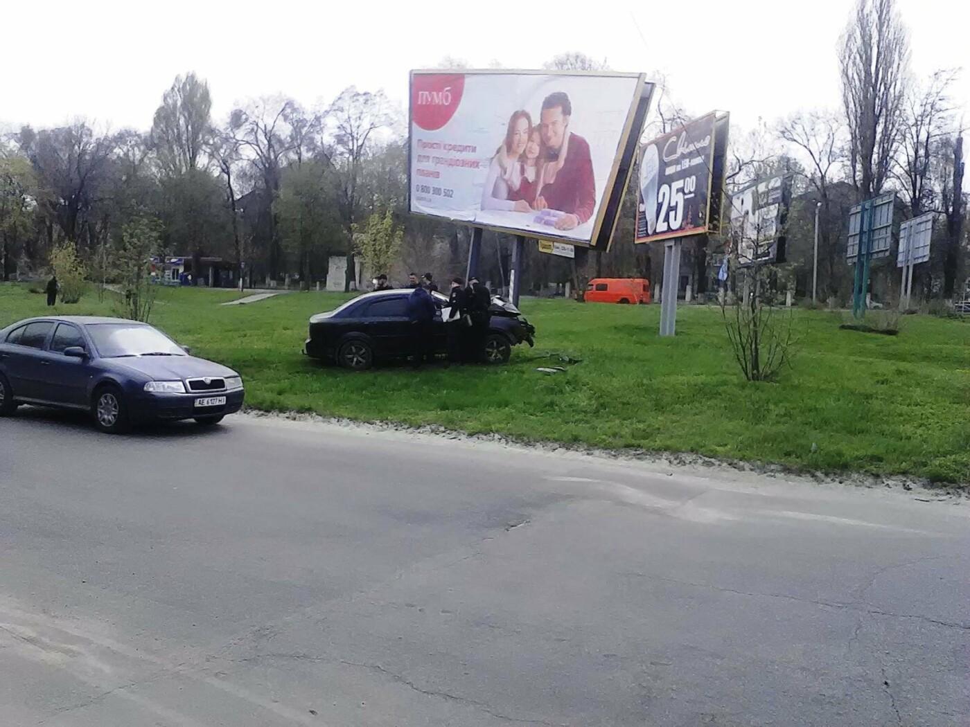 В Каменском на проспекте Аношкина Chevrolet сбил рекламный щит, фото-2