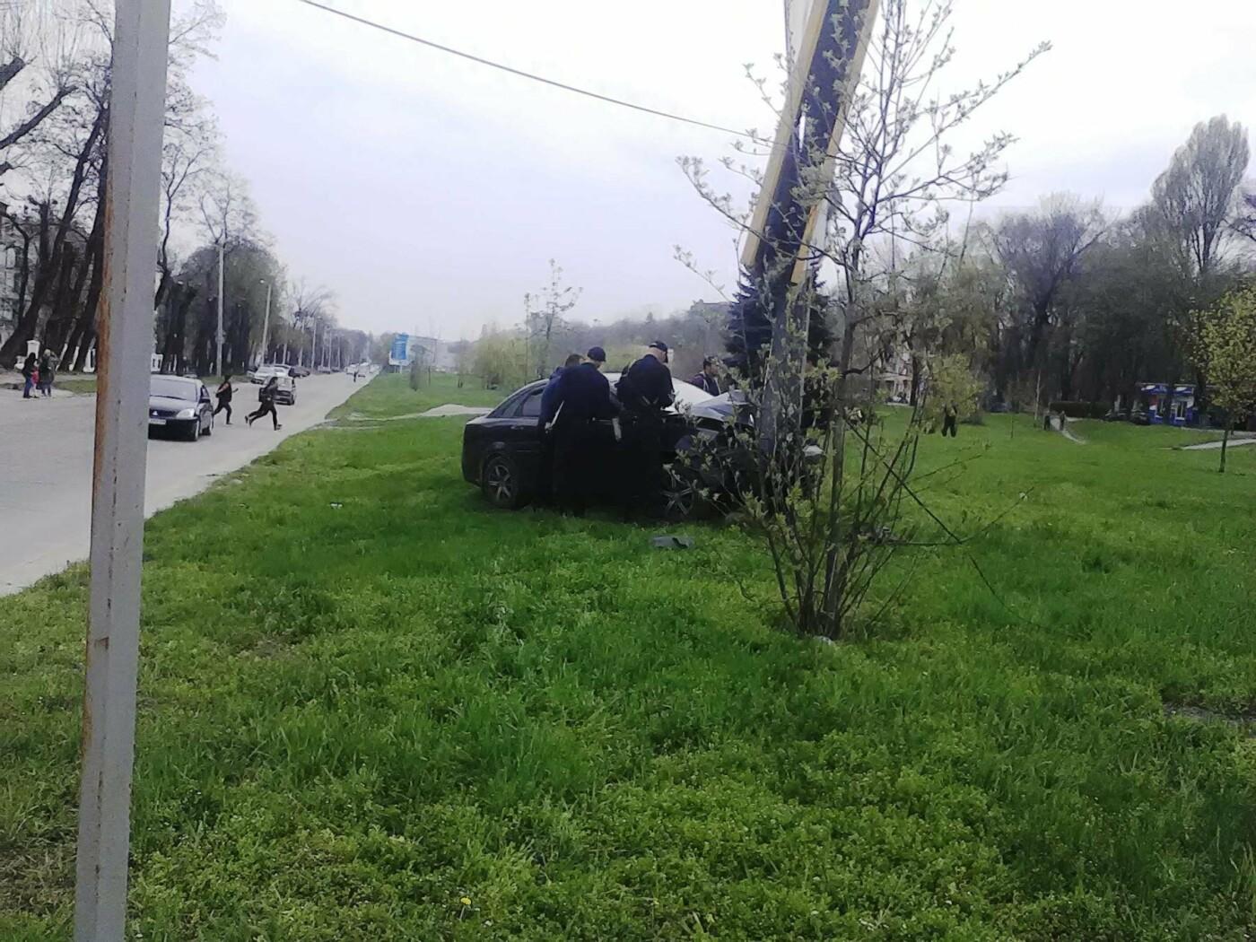 В Каменском на проспекте Аношкина Chevrolet сбил рекламный щит, фото-5