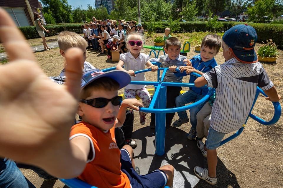 Для детей переселенцев в Каменском установили новую детскую площадку, фото-3