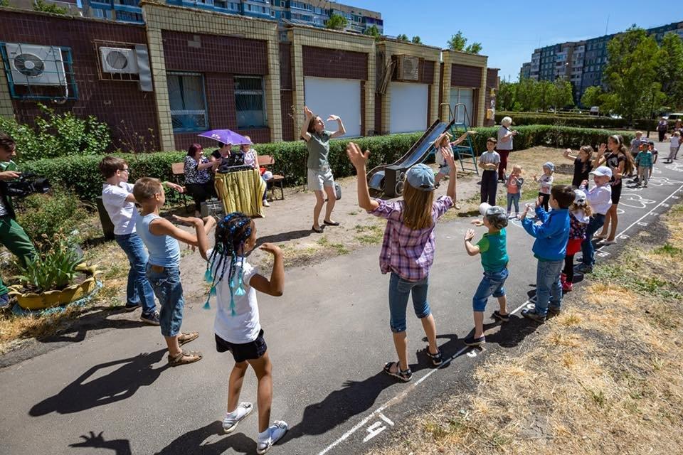 Для детей переселенцев в Каменском установили новую детскую площадку, фото-12