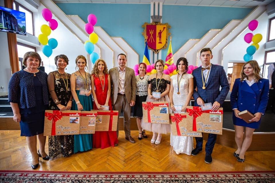 В Каменском поздравили школьников-медалистов, фото-3