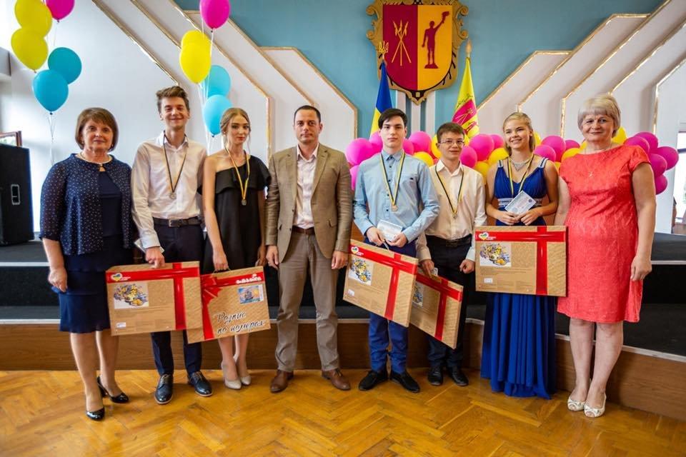В Каменском поздравили школьников-медалистов, фото-7