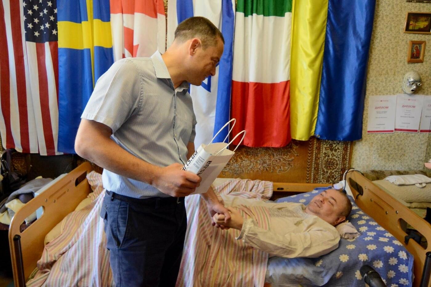 «Жизнь после травмы»: прикованный к постели каменчанин подарил свою книгу мэру, фото-1