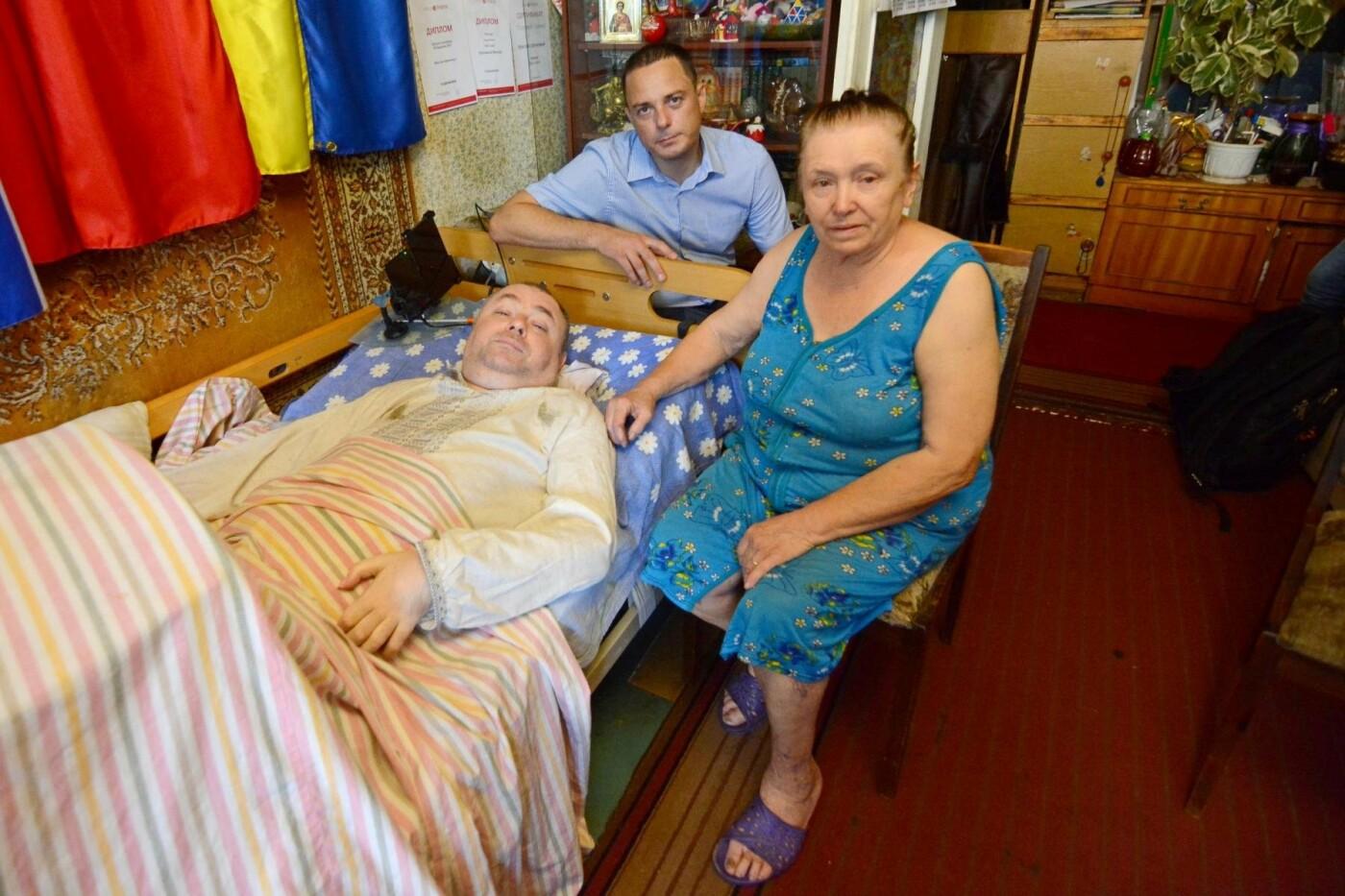 «Жизнь после травмы»: прикованный к постели каменчанин подарил свою книгу мэру, фото-2