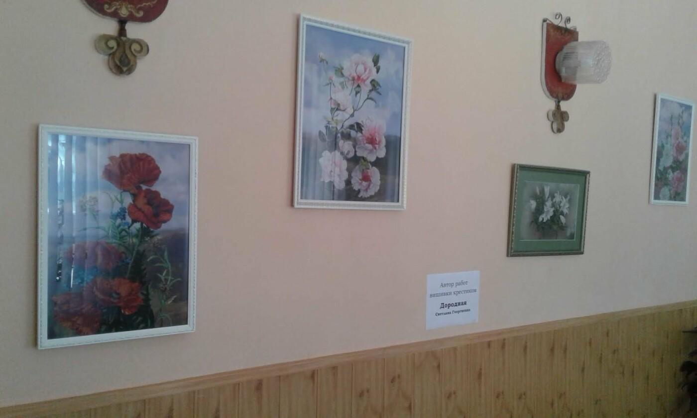 Медики Каменского представили произведения искусства из бисера и вышивки, фото-1