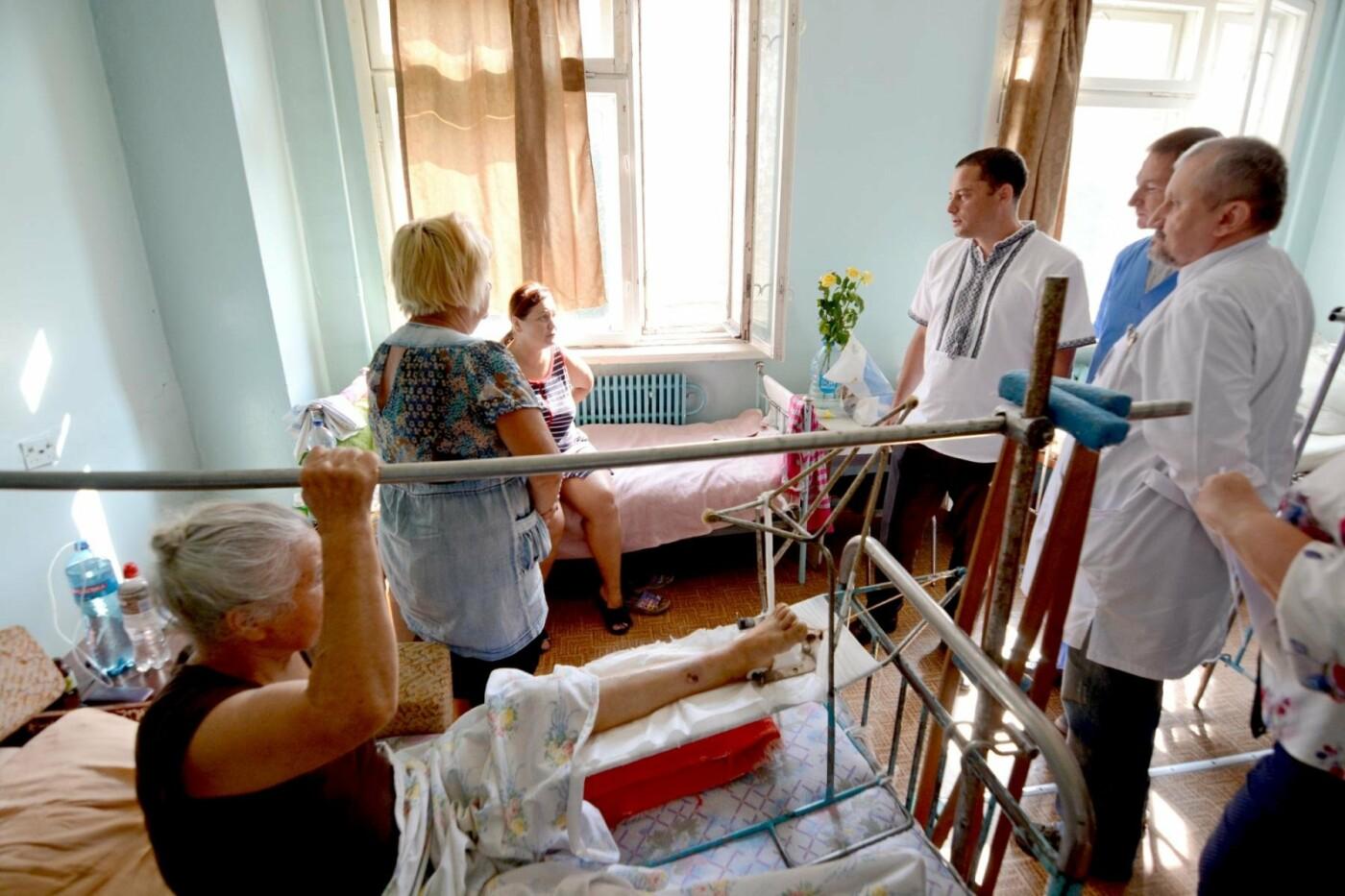 Мэр Каменского наградил Юнесу Махнык, оказавшую первую помощь пострадавшим в ДТП с маршруткой, фото-2