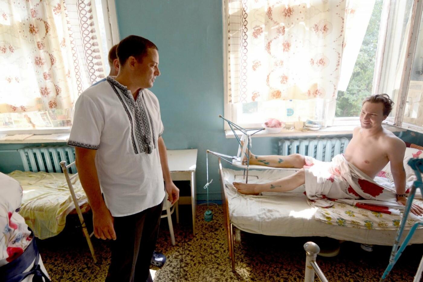 Мэр Каменского наградил Юнесу Махнык, оказавшую первую помощь пострадавшим в ДТП с маршруткой, фото-3