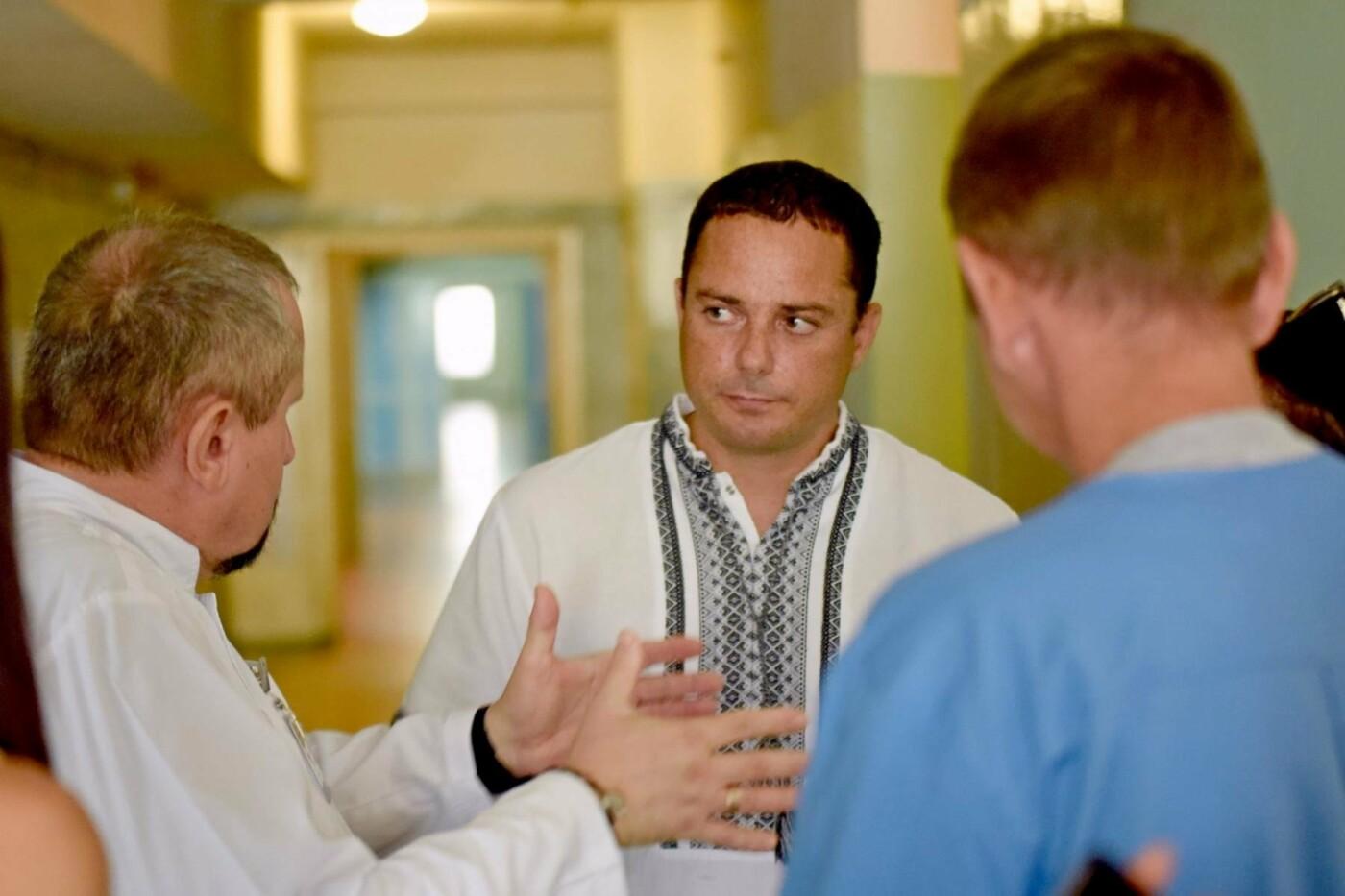 Мэр Каменского наградил Юнесу Махнык, оказавшую первую помощь пострадавшим в ДТП с маршруткой, фото-1